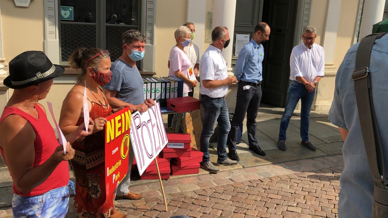 Bei der Übergabe der Einwendungen gegen den Industriepark Oberelbe waren neben der Bürgervereinigung Oberelbe IPO Stoppen auch Vertreter von BUND, Grünen und natürlich der Pirnaer Oberbürgermeister Klaus-Peter Hanke zugegen. Letzterer nahm die Einwendungen von über 1.200 IPO-Gegnerinnen und -Gegnern entgegen.