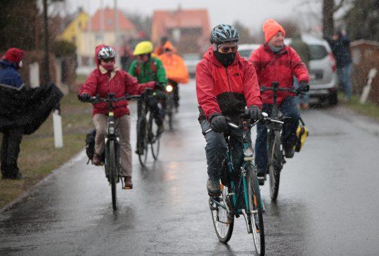 """Etwa 30 Radfahrer kommen zu einem Protest gegen den Kiesabbau nach Dresden Söbrigen geradelt - Protest beim Aktionstag für den Schutz des Dresdner Umlandes in Dresden Söbrigen – unter dem Motto """" Kultur und Natur – statt Kies und Beton """" versammelten sich am Nachmittag vom 18. März 2021 etwa 40 Menschen, die meisten von ihnen (30) kamen trotz Schneeschauer und Schneeregen Schauer / unwirtlichem Wetter mit dem Fahrrad vom Blauen Wunder angefahren und machten für eine Kundgebung / Demonstration / Protest Aktion gegen den geplanten Kiesabbau an der So¨brigener Straße 78 Halt. Insgesamt reichlich 80 Landschafts- und Naturschützer haben sich am Donnerstag, 18. März 2021, mit einem Aktionstag für den Schutz des Dresdner Umlandes stark gemacht. Ihre Devise: """" Kultur-Landschaft erhalten - Dresdner Umland schützen """". So war eine Gruppe von 30 Radfahrern zunächst vom Blauen Wunder in Dresden nach Söbrigen geradelt. Dort kamen schließlich insgesamt rund 40 Protestler zu einer Kundgebung gegen den geplanten Kiesabbau zusammen. Zu diesem hatte dort die Dresdner Bürgerinitiative gegen Kiesabbau Söbrigen aufgerufen. Die Landschaft an der Stadtgrenze zwischen Dresden und Pirna, die Elbtalweitung genannt wird, gehört zu den schützenswerten Natur- und Kulturlandschaften des Landes Sachsen, diverse Kulturdenkmale Schloss und Schlosspark Pillnitz, Weinbergkirche, die Königlichen Weinberge, die Sächsischen Weinstraße und beliebte Wanderwege mit wunderbaren Blickachsen gehören dazu. Künstler haben bereits vor 200 Jahren diese Landschaft mit der Elbe und den umliegenden Hänge, Täler, Flußauen musikalisch, literarisch und in Zeichnungen und Gemälden festgehalten. Ihnen und der Landschaft zu Ehren führt u.a. der Dichter-Maler-Musikerweg auch am Elbhang entlang. Die Akteure des gemeinsamen Aktionstages in und um Dresden sehen die Dresdner Kulturlandschaft mit ihren Schlössern und Gärten in Gefahr. So seien das Schloss Pillnitz durch den Kiesabbau bed *** Local Caption *** Jede Veröffentlichu"""